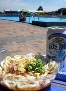 浜寺公園のプールサイドで食べたぶっかけうどんとビール