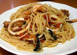 貰いモンの魚介類でシーフードトマトスパゲティ
